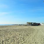Plaża Bogatelli po porannym sprzątaniu